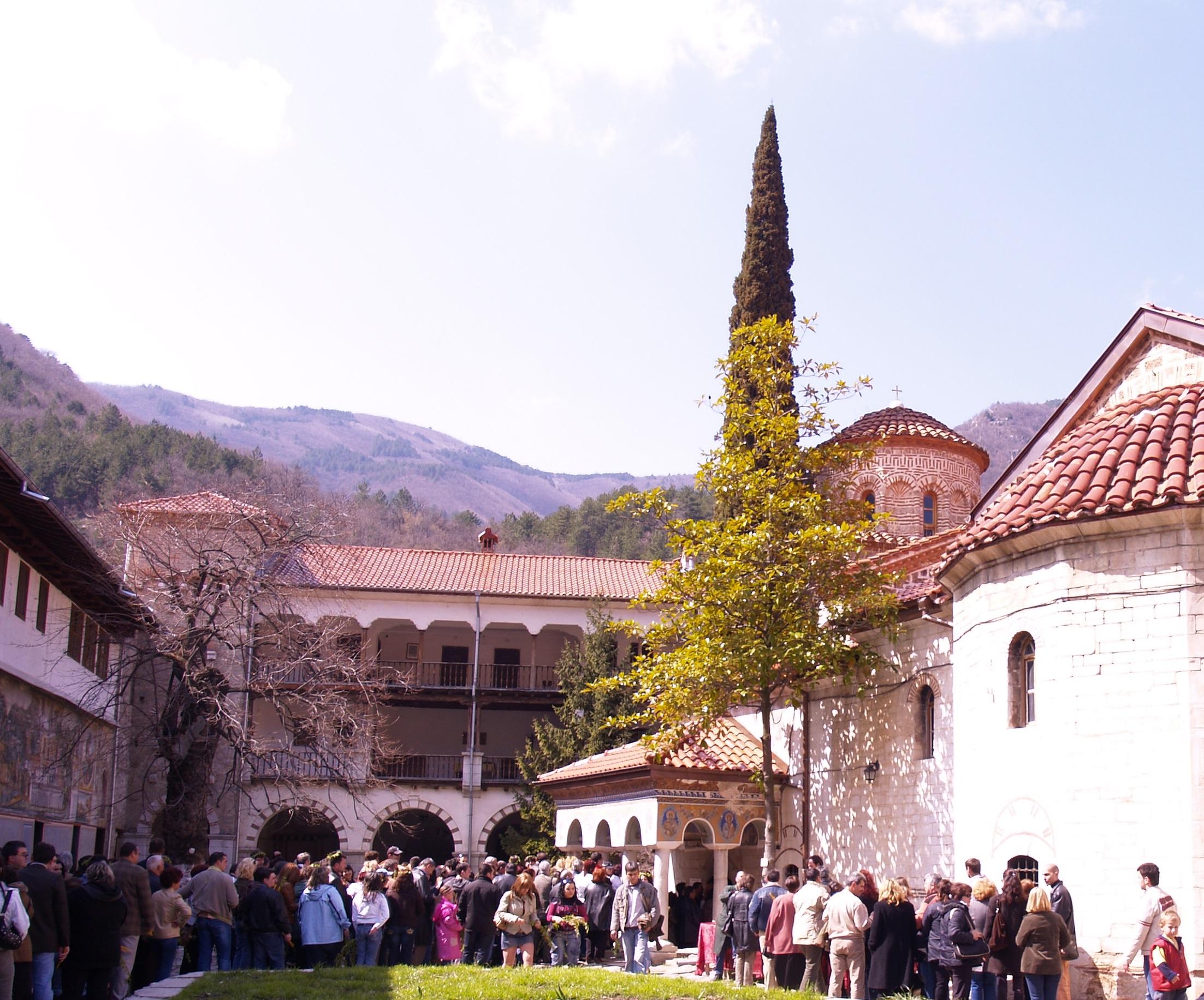 Versammlung im Kirchenhof