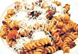 italienisch für Anfänger: Fusilli con bolognese e formaggio!